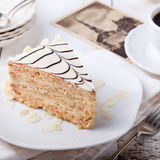 Traditionell ungrareEsterhazy kaka med vykort för kaffekopp och tappning Royaltyfria Bilder