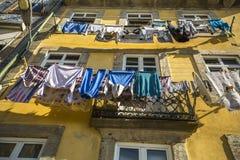 Traditionell uttorkningkläder i gammal stad i Porto I 1996 kände UNESCO igen den gamla staden av Porto som en världsarv royaltyfri bild