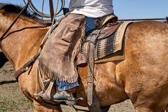 Traditionell västra cowboy i läderdamasker arkivfoto