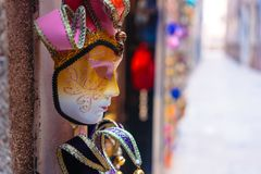 Traditionell venetian maskering i lager på gatan Arkivfoton