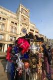 Traditionell venetian maskering i lager på gatan, Venedig Italien Arkivfoto