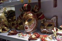 Traditionell venetian maskering i lager på gatan, Verona Italy Arkivfoton