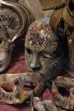 Traditionell venetian maskering i lager på gatan, Verona Italy Royaltyfria Foton