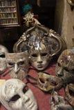 Traditionell venetian maskering i lager på gatan, Verona Italy Arkivbild