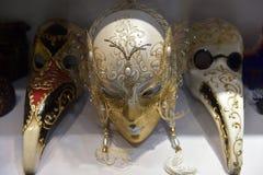 Traditionell venetian maskering i lager på gatan, Verona Italy Arkivfoto