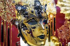 Traditionell venetian maskering i Venedig, Italien Royaltyfri Foto