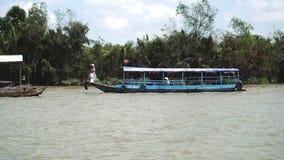 Traditionell vietnamesisk färja som tar folk och deras cyklar över Mekonget River i Vietnam, South East Asia stock video