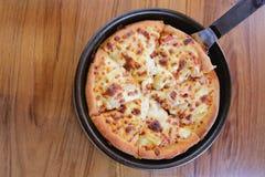 Traditionell von der heißen Käsepizza auf Wanne lizenzfreie stockfotos