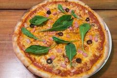 Traditionell wood brännskadaitalienarepizza Royaltyfri Fotografi
