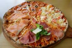 Traditionell wood brinnande italiensk pizza Royaltyfria Bilder