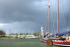 Traditionell yacht nära pir och moln Royaltyfria Foton