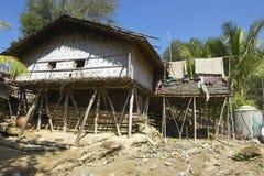 Traditionell yttersida för byggnad för Marma kullestam, Bandarban, Bangladesh Royaltyfri Bild