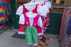 Traditionella österrikiska flickaklänningar Royaltyfria Bilder