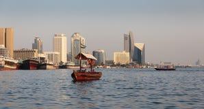 Traditionella Abra färjor i Dubai Royaltyfria Foton