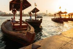 Traditionella Abra färjor i Dubai Arkivbilder