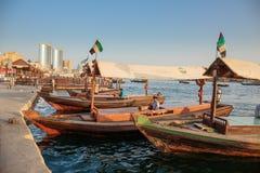 Traditionella Abra färjor i Dubai Royaltyfria Bilder