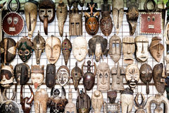Traditionella afrikanska maskeringar i souvenir shoppar Royaltyfria Foton