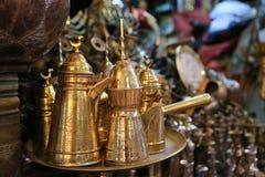 Traditionella arabiska kaffeuppsättningar med traditionellt kaffe lägger in i th Arkivfoton