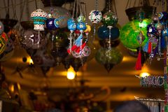 Traditionella arabiska lyktor på marknaden Arkivfoto