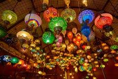 Traditionella arabiska lyktor på marknaden Royaltyfria Bilder
