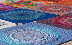 Traditionella arabiska textiler och souvenir, färgrik modellbakgrund royaltyfri foto