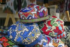 Traditionella asiatiska huvudbonader med en broderad kulör tråd av den nationella prydnaden arkivfoton