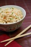 Traditionella asiatiska pastaramennudlar i porslin bowlar Royaltyfri Fotografi