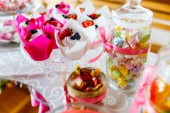 Traditionella bärmuffin och godisar tjänade som på den festliga celebraen arkivbilder