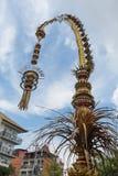 Traditionella balinesepenjors längs gatan av Bali, Indonesien Högväxta bambupoler med garnering är uppsättningen i heder av fotografering för bildbyråer