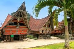 Traditionella Batak hus på den Samosir ön, Sumatra, Indonesien royaltyfri foto