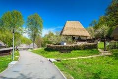 Traditionella bondaktiga hus, Astra Ethnographic bymuseum, Sibiu, Rumänien, Europa royaltyfri foto