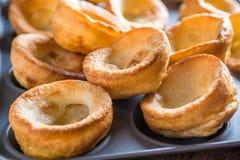 Traditionella brittiska yorkshire puddingar Arkivbilder