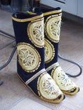 Traditionella broderade kängor av Uzbekistan Svart & guld- färger Royaltyfri Bild