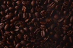 Traditionella bruna varma kaffebönor med ånga röker Arkivfoton