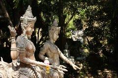 Traditionella buddistiska skulpturer i skog Arkivbild