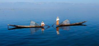 Traditionella Burmese fiskare på Inle sjön Arkivbilder