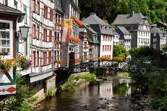 Traditionella byggnader i Monschau, Tyskland Royaltyfri Fotografi