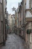 Traditionella byggnader och färgrika fasader av hus i den medeltida staden av Hall i Tyrol, Österrike royaltyfria bilder