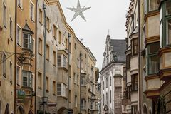 Traditionella byggnader och färgrika fasader av hus i den medeltida staden av Hall i Tyrol, Österrike fotografering för bildbyråer
