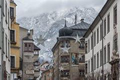 Traditionella byggnader och färgrika fasader av hus i den medeltida staden av Hall i Tyrol, Österrike arkivbilder