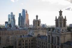 Traditionella byggnader och moderna byggnader Arkivbilder