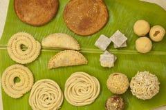 Traditionella ceremoniella indiska sötsaker och mellanmål från Indien Arkivfoto