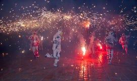 Traditionella correfocs avfyrar körningskapacitet i Reus (Spanien) royaltyfri fotografi