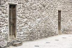 Traditionella dörrar av ett historiskt fort i Bahrain Royaltyfri Bild