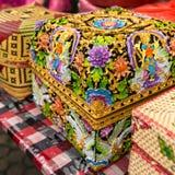 Traditionella dekorerade erbjudande askar för balinese i tempel i Ubud Royaltyfri Foto