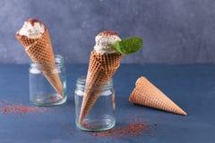 Traditionella dillandekottar för glass i den glass kruset på blåtttabellen Kottar som fylls med glass Arkivfoton