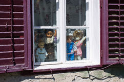 Traditionella dockor i fönstret eller den romanian stugan Royaltyfri Foto