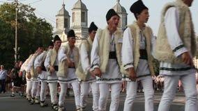Traditionella dräkter ståtar Rumänien stock video