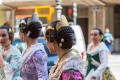 Traditionella dräkter under Las Fallas royaltyfria bilder