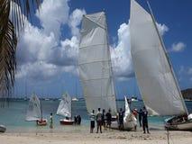 Traditionella dubblett-avslutade segelbåtar som konkurrerar i den bequia easter regattan lager videofilmer